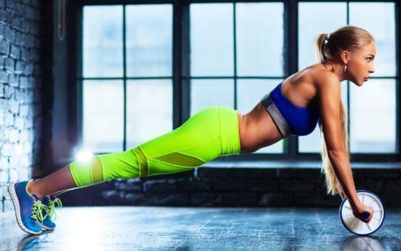 Trainieren mit einem Bauchroller