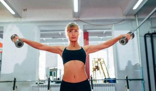 Frau macht Schulterübungen