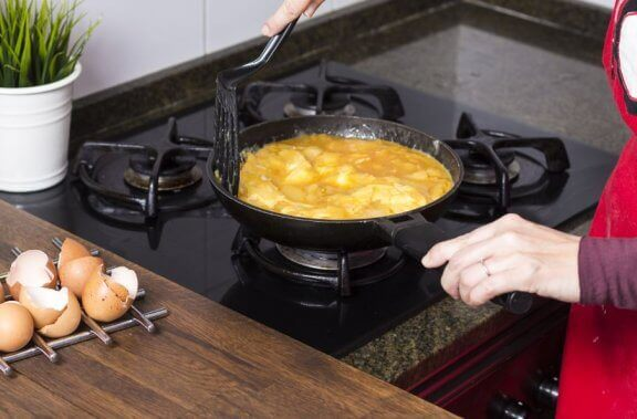 Verschiedene Arten, ein Kartoffelomelett zu zubereiten