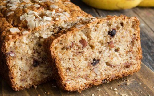 Kuchen mit kandierten Früchten und Nüssen