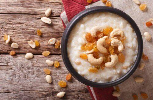 Reispudding mit Nüssen und Samen
