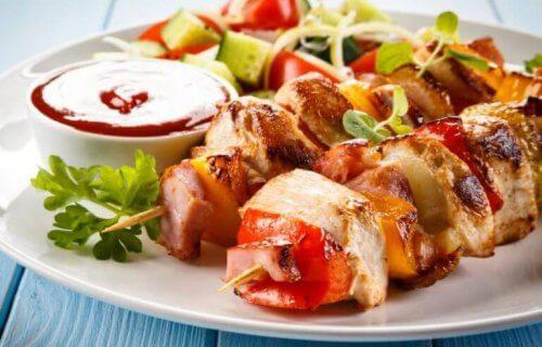 Hühner- und Gemüsespieße