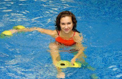 10 Wasser-Aerobic-Übungen: Eine Routine für Schwimmer