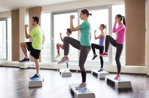 Step-Übungen: Stärkung des Unterkörpers