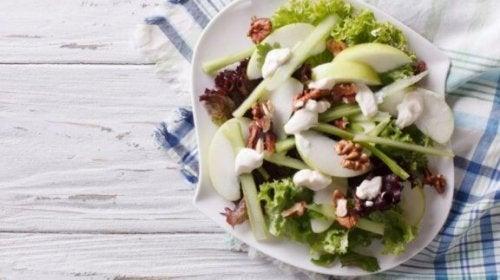 Wie du einen leckeren Waldorfsalat zubereiten kannst