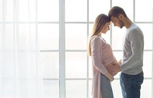 Ein Paar mit schwangerer Frau