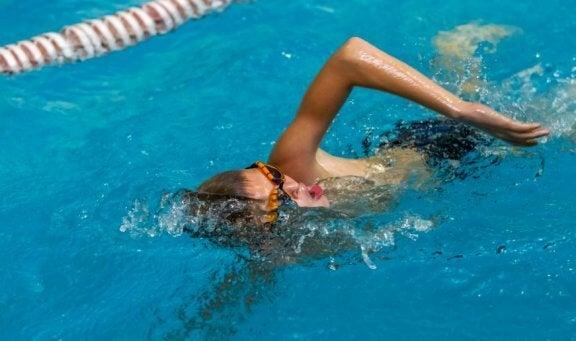 Schwimmen zur Straffung der Arme