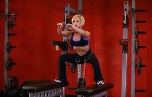 Fünf Beinübungen - Frau macht Squats