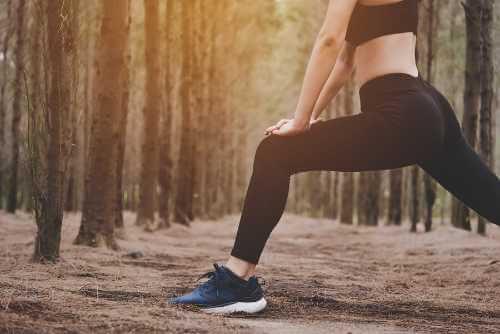 Aufwärmen, um mit dem Laufen zu beginnen