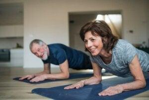 Muskelabbau vermeiden - ältere Menschen beim Training
