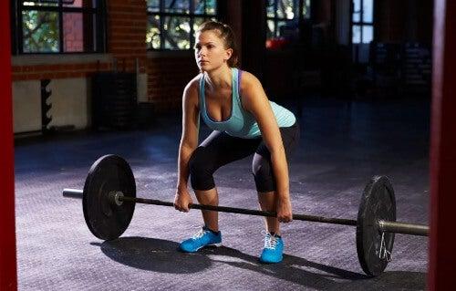 Mädel beim Gewichtheben