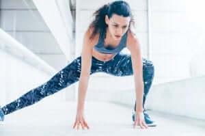 Fettverbrennung im Fitnessstudio - Frau beim Training
