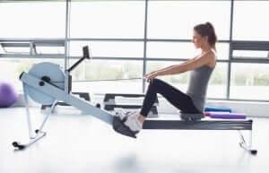 Fettverbrennung im Fitnessstudio - Rudermaschine