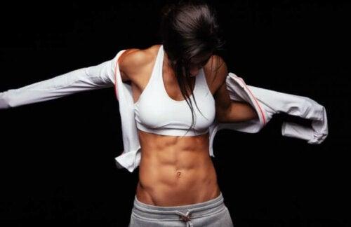 Bauchmuskeln definieren: 3 Routinen, von einfach bis anspruchsvoll