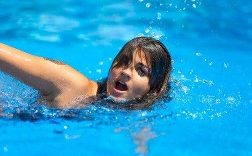 Mädel beim Schwimmen