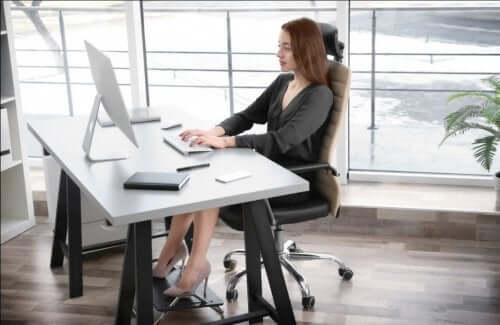 entscheidende Faktoren beim Abnehmen - Frau am Schreibtisch