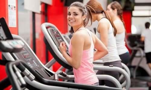 Regelmäßig ins Fitnessstudio gehen: 5 Tricks, wie es dir gelingt