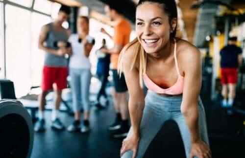Regelmäßig ins Fitnessstudio - Frau hat Spaß