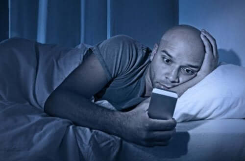 wenn du abnehmen willst - Mann mit Handy im Bett