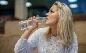Ein straffer Bauch durch eine ausreichende Flüssigkeitszufuhr