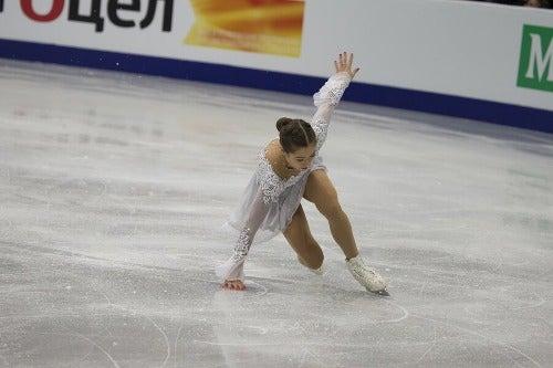 Eiskunstläuferin rutscht aus