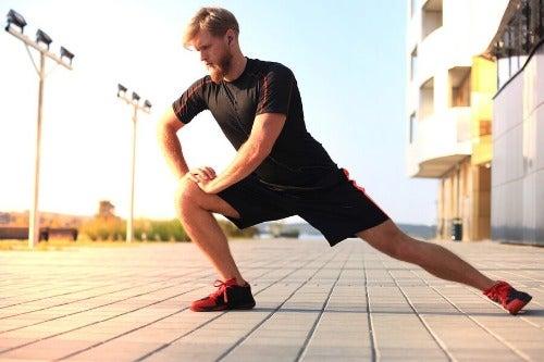 Mann macht Stretching