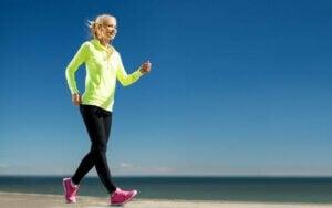 Power-Walking - Frau am Strand