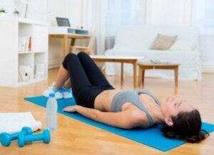 Beim Bauchmuskeltrainig solltest du dich nicht nur auf Crunches konzentrieren