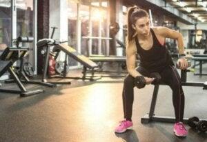 Wenn du Krafttraining machst, dauert es ungefähr zwei Wochen, bis deine Muskeln anfangen zu schwinden