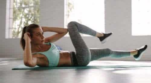 Bauchmuskeltraining: 4 grundlegende Übungen