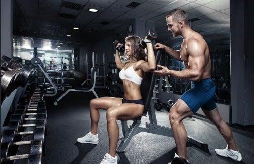 Military Press trainiert den Trapezmuskel