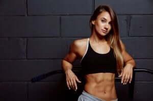Definierte Bauchmuskeln - Frau zeigt ihren Bauch