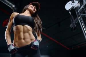 Frauenbodybuilding - Frau mit trainiertem Bauch
