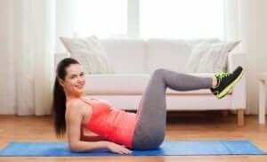 Frau trainiert Oberschenkelinnenseite