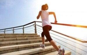 Treppensteigen: Frau steigt aufwärts