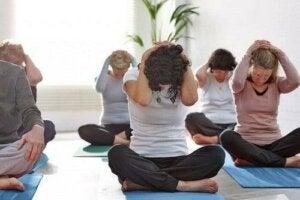 Stretching für Senioren: Eine Yogagruppe