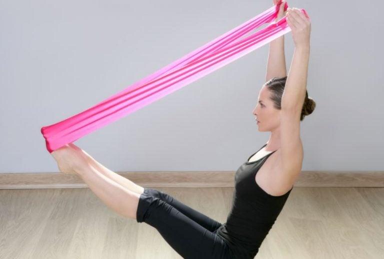 Série d'exercices avec une bande élastique