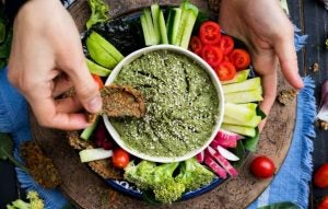 Le pesto d'avocat peut se déguster également en apéro avec des tranches de légumes frais.