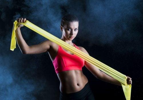 7 exercices pour les épaules avec une bande élastique