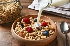 Commencer par un bon petit déjeuner riche en céréales complètes et en fruits aide à réduire les calories dans l'alimentation.