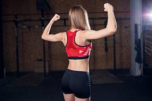 Exercices pour les biceps avec la Powerball