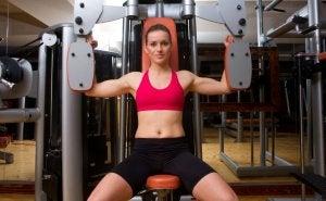 S'entraîner avec des machines ou aux poids libres