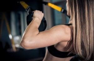 L'un des avantages de l'entraînement en suspension ou TRX est le développement de la force fonctionnelle.