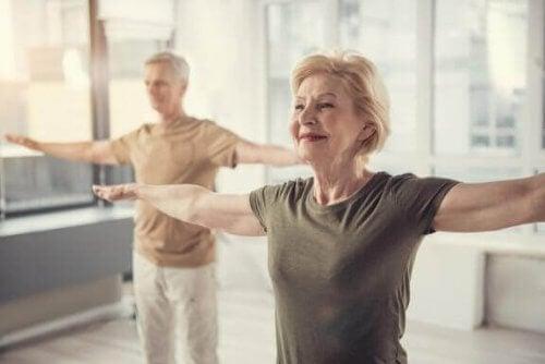 Étirement total du corps pour les personnes âgées