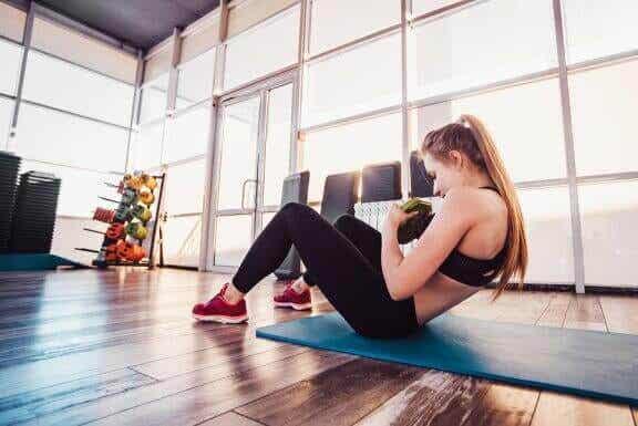 Exercices abdominaux à faire avec un haltère