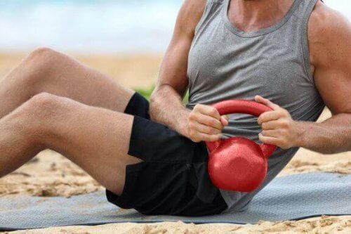 6 exercices de core avec une kettlebell
