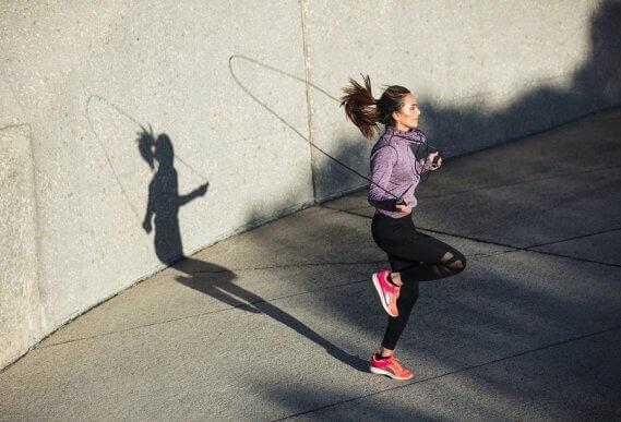 Sauter à la corde : un exercice cardio très complet