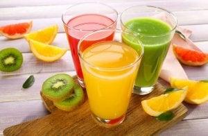 Jus de fruits multicolors, kiwi, orange et orange sanguine.