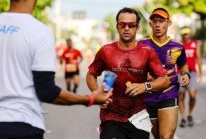 Avant de courir un marathon, il est important de faire un examen avec un médecin.