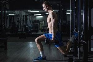 Avec une caisse de saut pliométrie, il est possible de réaliser une série d'entraînement très efficace pour améliorer la résistance physique.